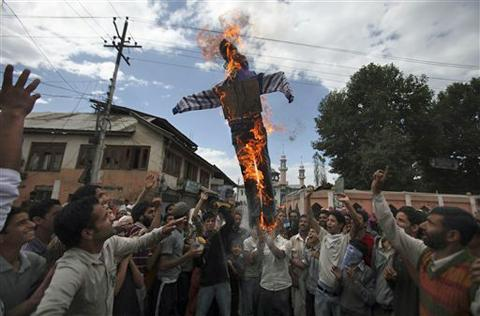 Kashmiri protesters burn an effigy of President Barack Obama during a protest in Srinagar, India, 13 Sept. 2010. Indian forces battled protesters in the disputed territory during demonstrations fueled in part by a report of the Quran being desecrated in the United States.