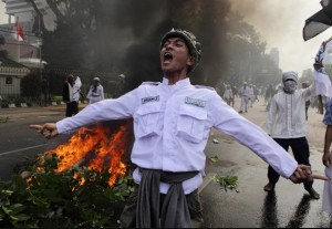 A Muslim protester shouts slogans during a protest in front of the U.S. Embassy in Jakarta, Indonesia (9/17/2012). Beawiharta / Reuters, via the Washington Post.