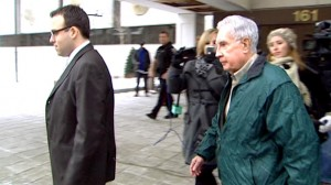 Raymond Lahey walks quickly past reporters Wednesday after leaving an Ottawa courthouse a free man. (CBC)